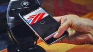 Handy am Daumen, Daumen am Hebel: So stellt Apple-Chef Tim Cook sich das Bezahlen vor.