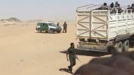 Abschiebung nach Süden: Algerische Polizisten bringen Flüchtlinge bis kurz vor die nigrische Grenze.
