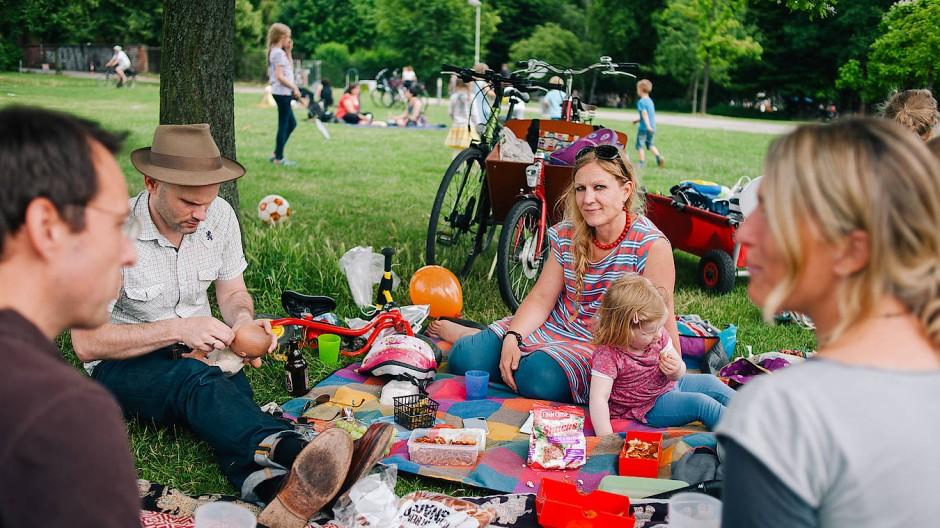 Picknicken ist so alt wie die Menschheit selbst – und erfährt in diesem Sommer immer größere Beliebtheit.