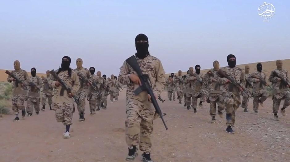 """Das Standbild eines Propaganda-Videos der Terrormiliz """"Islamischer Staat"""" (IS) zeigt IS-Kämpfer in der syrischen Region Deir ez-Zor. Hier haben kurdische Kämpfer nach eigenen Angaben acht ausländische Dschihadisten gefangengenommen."""