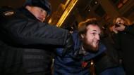 Am Donnerstag auf dem Manegenplatz in Moskau: Die Polizei nimmt einen Demonstranten in die Mangel