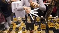 Gäste beim Besprühen ihrer Hände mit Roja Parfums im Ladengeschäft der Parfümerie Albrecht im Einkaufszentrum My Zeil in Frankfurt