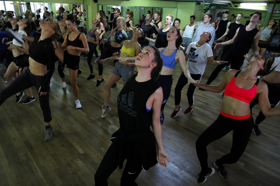 Der Tanz fordert ein hartes Training. Hier sieht man eine Vorbereitungsstunde für das Treffen mit dem amerikanischen Choreografen Bill Goodson.