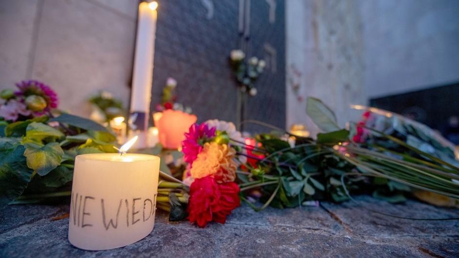 Nie wieder steht auf einer Kerze vor der Synagoge in München. Hunderte Menschen hatten dort am 11. Oktober eine Menschenkette gebildet, um Solidarität nach den Angriffen in Halle/Saale zu zeigen.