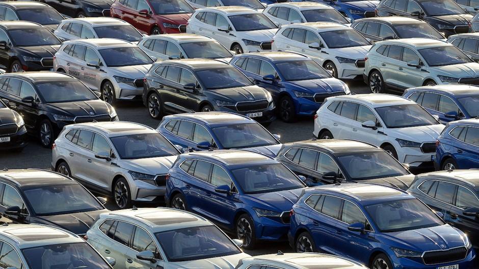 Neue Elektroautos des Autoherstellers Skoda sind in einem Vertriebszentrum in Tschechien geparkt.