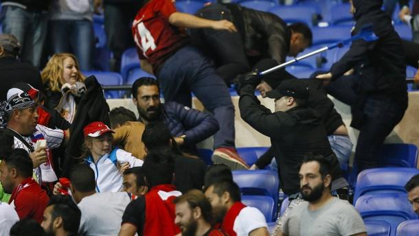 Mchitarjan bringt Manchester auf Kurs – Ausschreitungen in Lyon