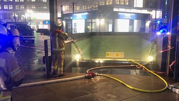 Zwei Verletzte bei Brand im Berliner U-Bahnhof Alexanderplatz
