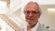 Den Bart hat er sich für eine Rolle stehenlassen: Ulrich Cyran im Foyer der Frankfurter Musikhochschule