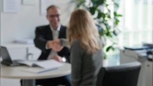 Bankkunden sind mit ihren Beratern zufriedener