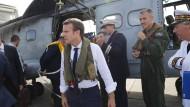 Er kam nicht mit leeren Händen: Der französische Präsident Emmanuel Macron auf dem Weg zu den verwüsteten Inseln.