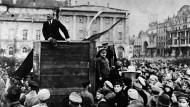 Der Politiker Wladimir Iljitsch Lenin spricht 1917 auf einem Platz in Petersburg