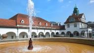 Wenn alle Brünnlein fließen: Damit der Bad Nauheimer Sprudelhof weiterhin seinem Namen alle Ehre macht, müssen Wasserrohre erneuert werden.