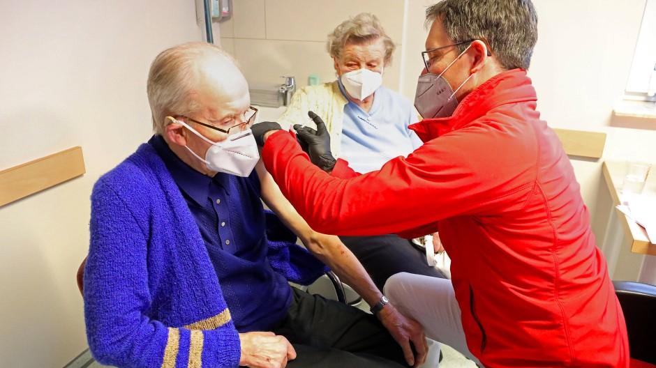 In einer hausärztlichen Gemeinschaftspraxis in Mecklenburg-Vorpommern erhält ein Mann die erste Corona-Schutzimpfung.