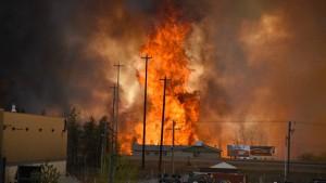 Zehntausende fliehen vor Flammen