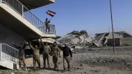 """Irakische Soldaten feiern am 6. März 2017 die Wiedereroberung einer Brücke im Westteil Mossuls, die zuvor von der Terrormiliz """"Islamischer Staat"""" kontrolliert wurde."""