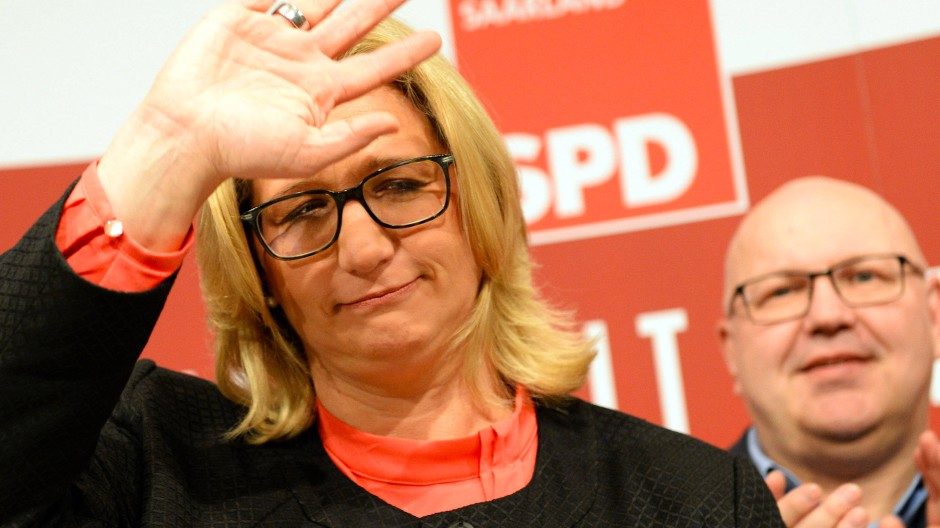 Sichtlich enttäuscht: SPD-Spitzenkandidatin Anke Rehlinger winkt ihren Anhängern auf der Wahlparty zu