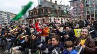 Jung und feierwütig: Zuschauer beim Karneval in Frankfurt