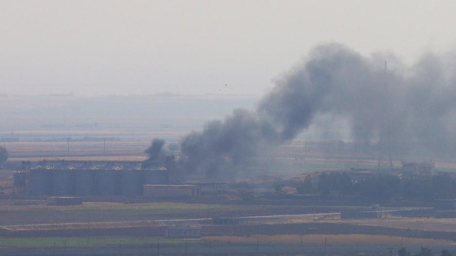 Rauch steigt aus der syrischen Stadt Ras al-Ain auf. Der Türkei wird vorgeworfen, die vereinbarte Waffenruhe in der Region zu verletzen.