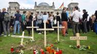 Symbolische Begräbnisse vor dem Reichstag