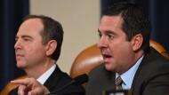 Chairman Adam Schiff befragt die Vorgeladenen im Rahmen der Impeachment-Ermittlungen