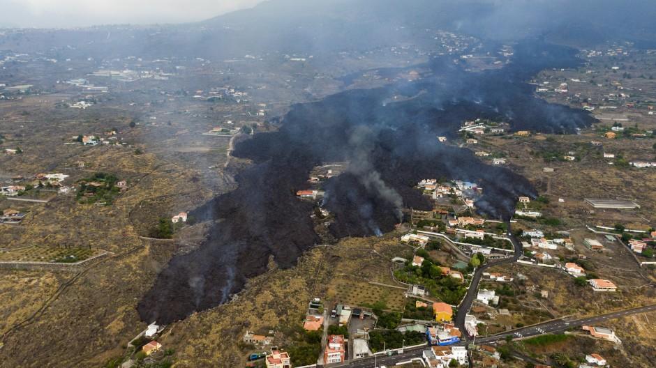 Unaufhaltsam: Auf dem Weg Richtung Meer hat die Lava schon mehr als 300 Häuser zerstört, außerdem Straßen und Felder.