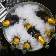 Symbol des Wohlstands schlechthin: Champagnerflaschen in einem Eiskübel
