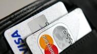 Bezahlen mit Karte ist schnell und einfach, kann aber teuer werden. Wer lieber die Karte aus dem Geldbeutel zieht statt Bares, ist oft spendabler.