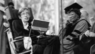 Der britische Astrophysiker Stephen Hawking im Jahr 1990: Die Harvard Universität in Cambridge zeichnet ihn mit der Ehrendoktorwürde aus. Rechts neben ihm sitzt die amerikanische Jazzsängerin Ella Fitzgerald.