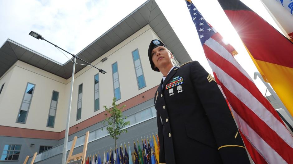 Gut bewachtes Abhörzentrum? Vor dem künftigen Europa-Hauptquartier der amerikanischen Armee in Wiesbaden-Erbenheim.