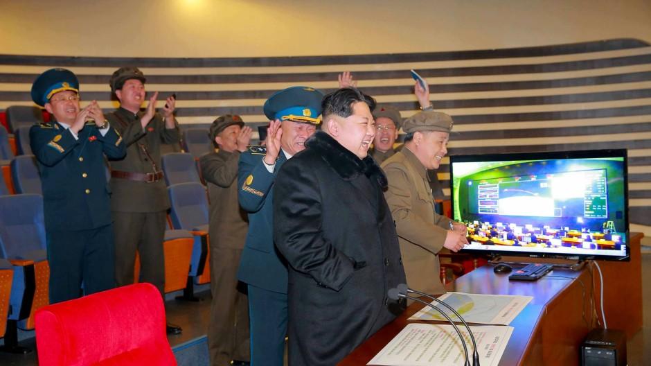 Große Heiterkeit beim Großen Führer, noch herzlichere bei seinen Mitarbeitern: Nordkoreas Diktator Kim Jong-un nach dem Start der Rakete in Pjöngjang