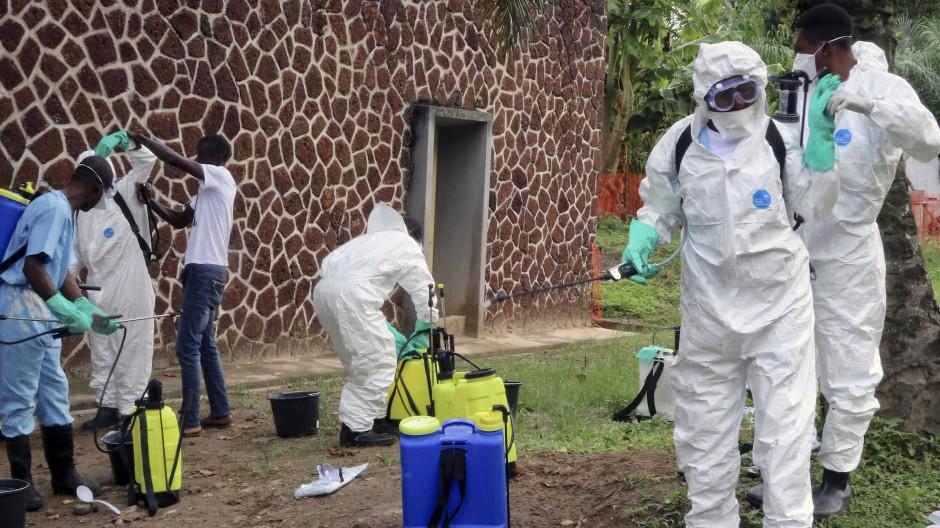 Mitarbeiter des Gesundheitsamtes desinfizieren Ende Mai ein Gebäude des Krankenhauses in Mbandaka. Die Kongolesen haben mittlerweile viel Expertise in der Bekämpfung des Ebola-Virus.