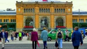 Künstler bringen Fassade des Hauptbahnhofs zum Leuchten