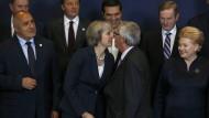 Küsschen rechts, Küsschen links: Großbritanniens Premierministerin May im Kreis der europäsischen Kollegen in Brüssel.