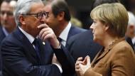 Jean-Claude Juncker mit Kanzlerin Angela Merkel: Deutschland pochte darauf, dass die EU-Staaten ohne Abstimmung keine Flüchtlinge mehr weiterleiten.