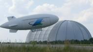 """Die Cargolifter-Halle samt Luftschiff im Jahr 2002 mitten in Brandenburg. Heute beherbergt sie das Schwimmerparadies """"Tropical Island""""."""