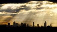 Nur wenige Sonnenstrahlen am Frankfurter Himmel: Anleger müssen wohl noch länger auf steigende Zinsen warten.