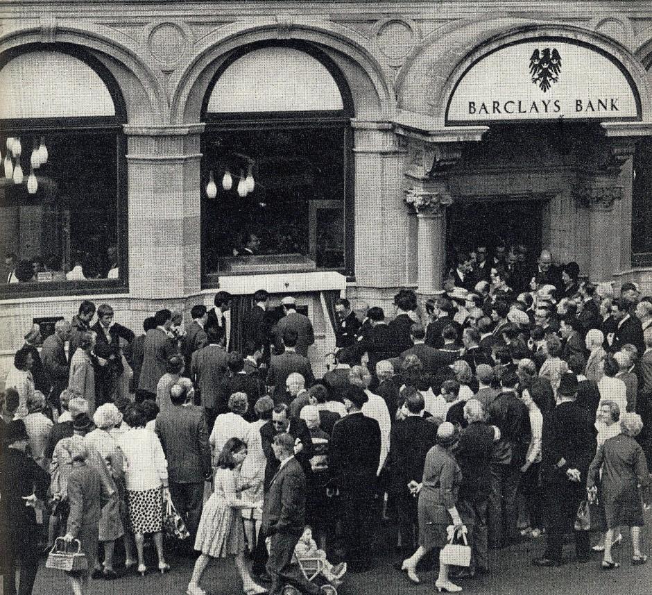 ... und so drängten sich die Menschen vor der Bankfiliale.