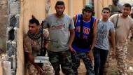 """International anerkannt, aber dennoch einsame Kämpfer: Angehörige der Truppen der libyschen """"Übereinkunftsregierung"""" an der Front in Sirte"""