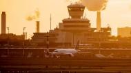 Ein Airbus der Lufthansa landet im November 2020 auf dem Berliner Flughafen Tegel.