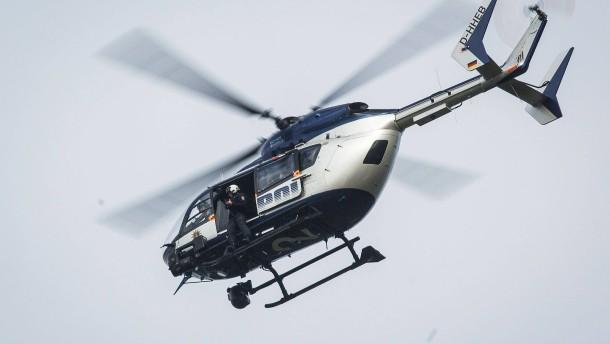 Suche mit Hubschrauber nach Flüchtigem – Unfall mit fünf Verletzten