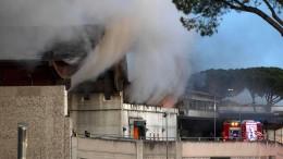 Roms Müll steht in Flammen