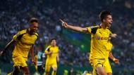 Die beiden Torschützen: Aubameyang und Julian Weigl bejubeln den Treffer zum 2:0.