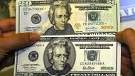 Unternehmen decken sich mit Dollar ein