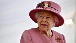 Queen freut sich über zwei Corgi-Welpen