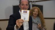 Luca Zaia, der Präsident von Venetien, gibt am Sonntag in San Vendemiano (Italien) seine Stimme zum Referendum über mehr Autonomie in den italienischen Regionen Lombardei und Venetien ab.