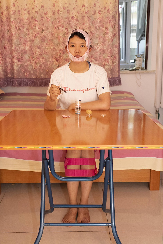"""""""Make me beautiful"""" - Weil sie selbst entscheiden möchten, wie ihr Gesicht aussieht, lassen sich jedes Jahr über zehn Millionen Menschen in China aus kosmetischen Gründen operieren. Yufan Lu versucht, mit dieser Geschichte die Mechanismen hinter diesem Wunsch nachzuvollziehen. Sie besucht verschiedene Schönheitschirurgen, um einen Operationsplan für ihr eigenes Gesicht zu erhalten."""