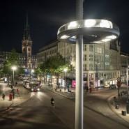"""Lichtlandschaft mit Blick aufs Rathaus: Die Strahler der """"Ex-centric""""-Leuchte heben Details aus Architektur und Städtebau hervor."""