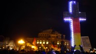 Pegida-Demonstranten vor der Dresdner Semperoper