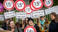 Aktivisten von der Kampagenenorganisation Campact stehen mit Schildern 1,5 Grad bei einer Kundgebung, die mangelnden Klimaschutz der Union bemängelt.