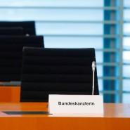 Der leere Platz der Bundeskanzlerin vor der Kabinettssitzung am 1. April